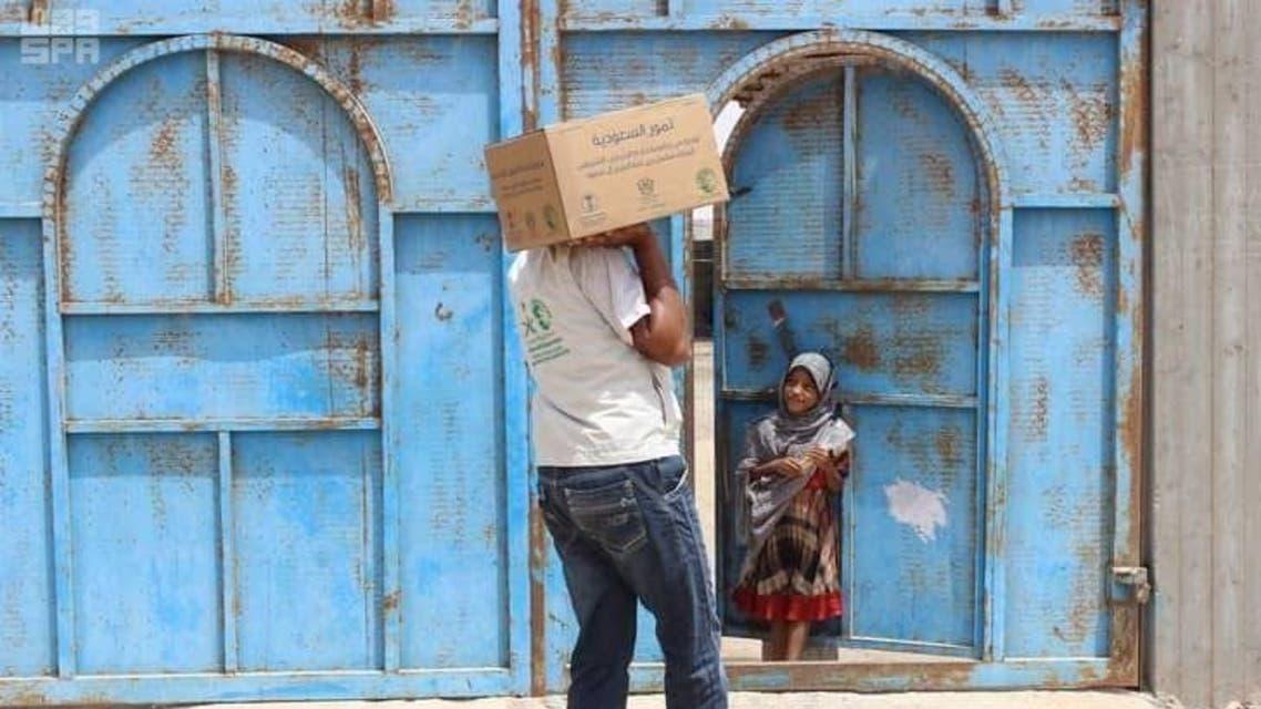 مركز الملك سلمان يوزع 900 كرتون تمور بالمهرة اليمنية