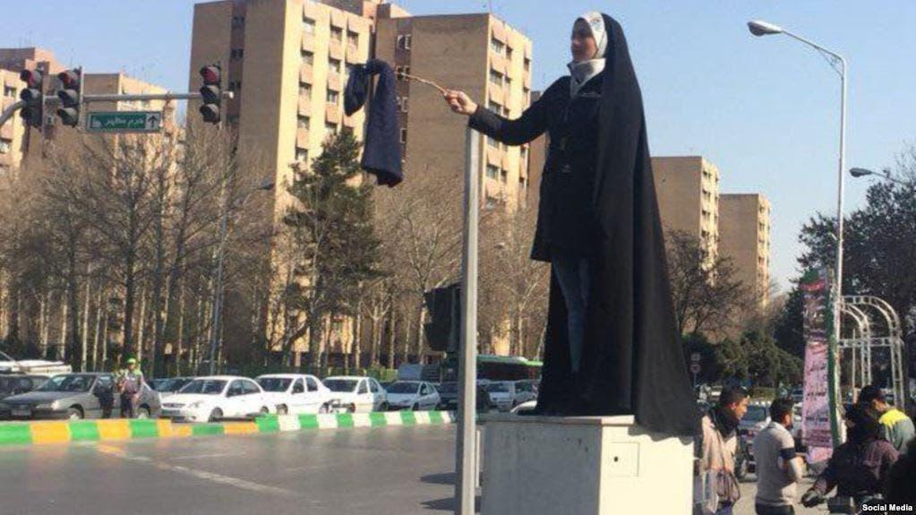 سيدة إيرانية محجبة تنضم لحملة مناهضة الحجاب القسري