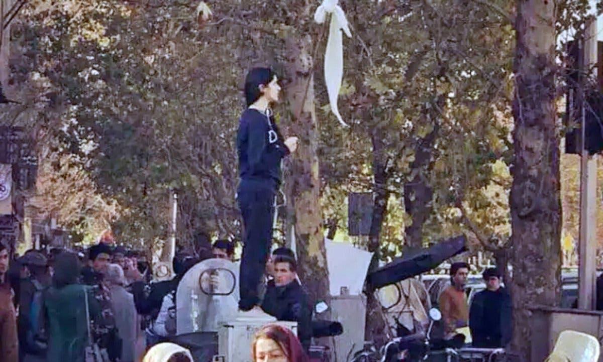فتاة شارع انقلاب بطهران