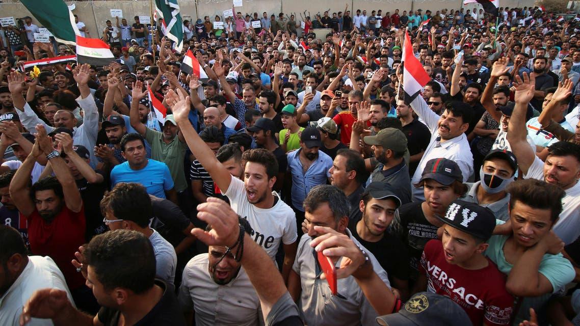 محتجون في مدينة البصرة العراقية يوم الجمعة