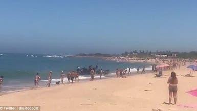 فيديو.. مهاجرون أفارقة على شاطئ سياحي إسباني