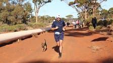 """كلب """"وحيد"""" ينهي سباق نصف ماراثون وينال ميدالية"""