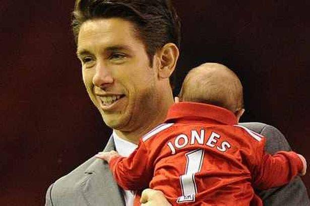 جونز مع طفله نيكو