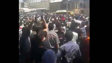 إيران تواجه الاحتجاجات بحظر التجول.. ومقتل متظاهر