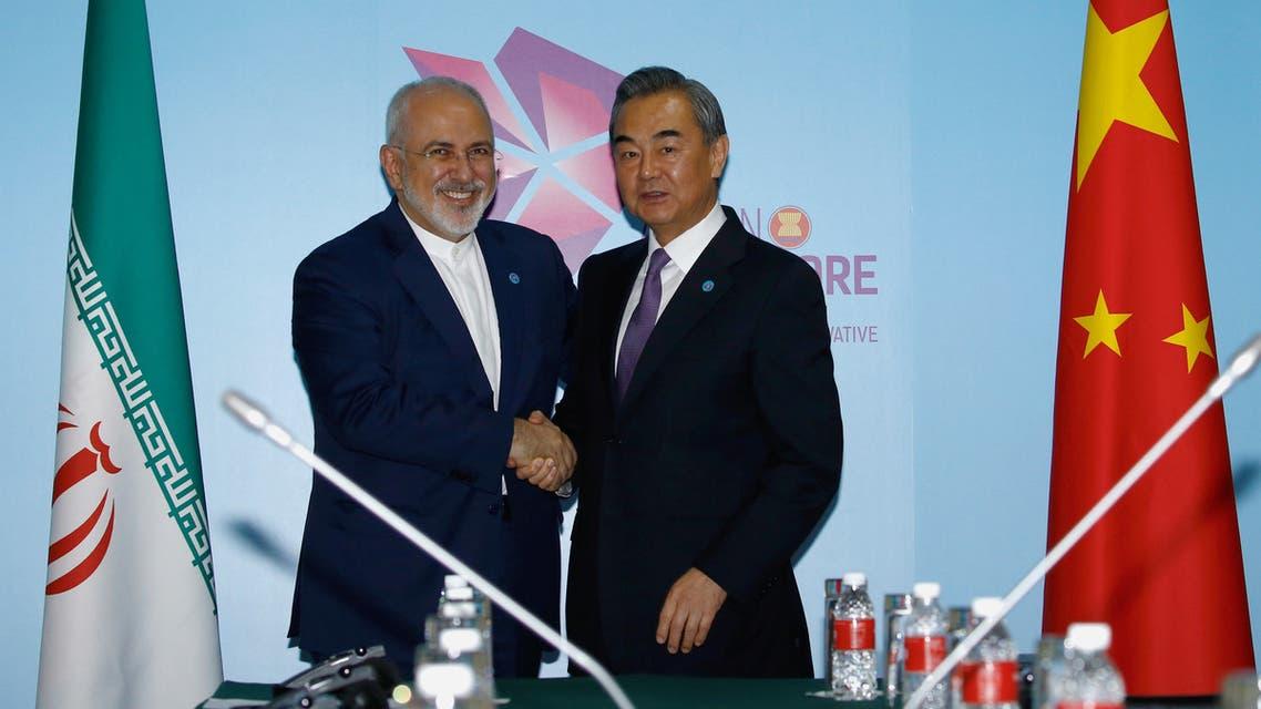 وزير الخارجية الإيراني مع نظيره الصيني في سنغافورة