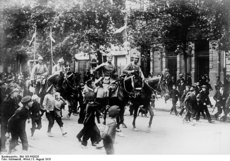 صورة لفرق الخيالة الألمانية عقب دخولها لوارسو