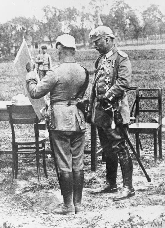 صورة للإمبراطور الألماني اثناء إطلاعه على خطة هجوم غورليس تارنو