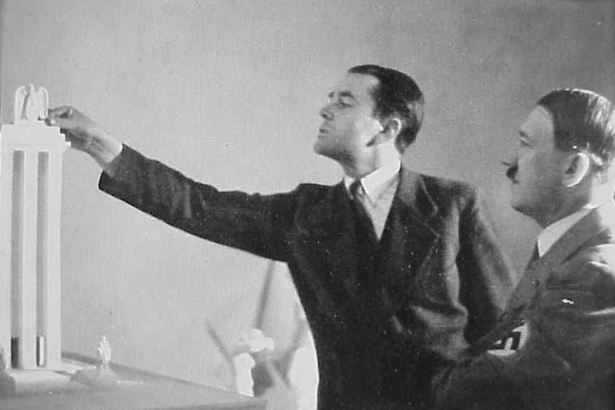 صورة لوزير الإنتاج الحربي ألبرت شبير رفقة أدولف هتلر