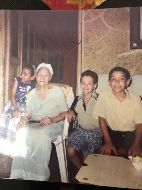 ابنة حمد مع أحفادها