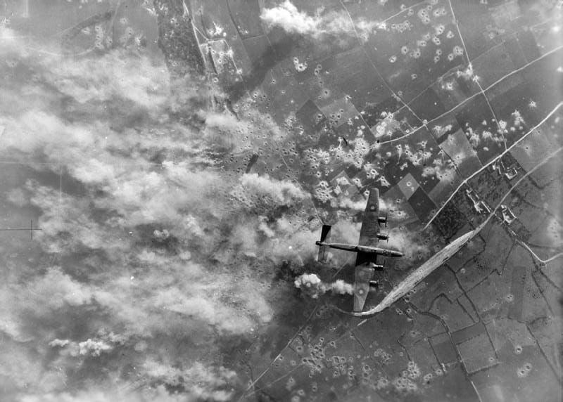 صورة للقصف البريطاني على المواقع الألمانية يوم السادس من شهر يوليو/تموز سنة 1944