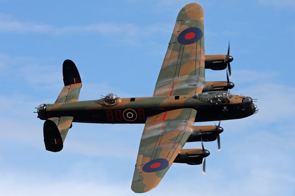صورة لإحدى قاذفات القنابل البريطانية أفرو لانكستر