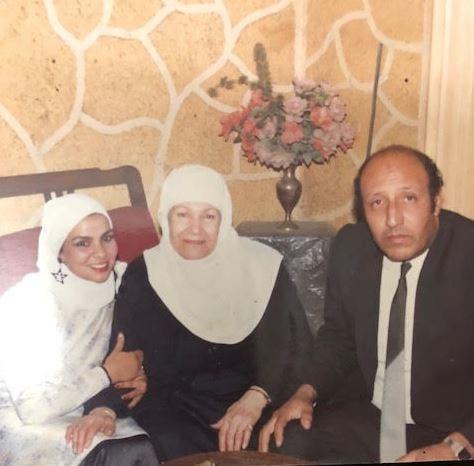 ابنة حمد في منتصف الصورة بجوار ابنها وزوجة ابنها