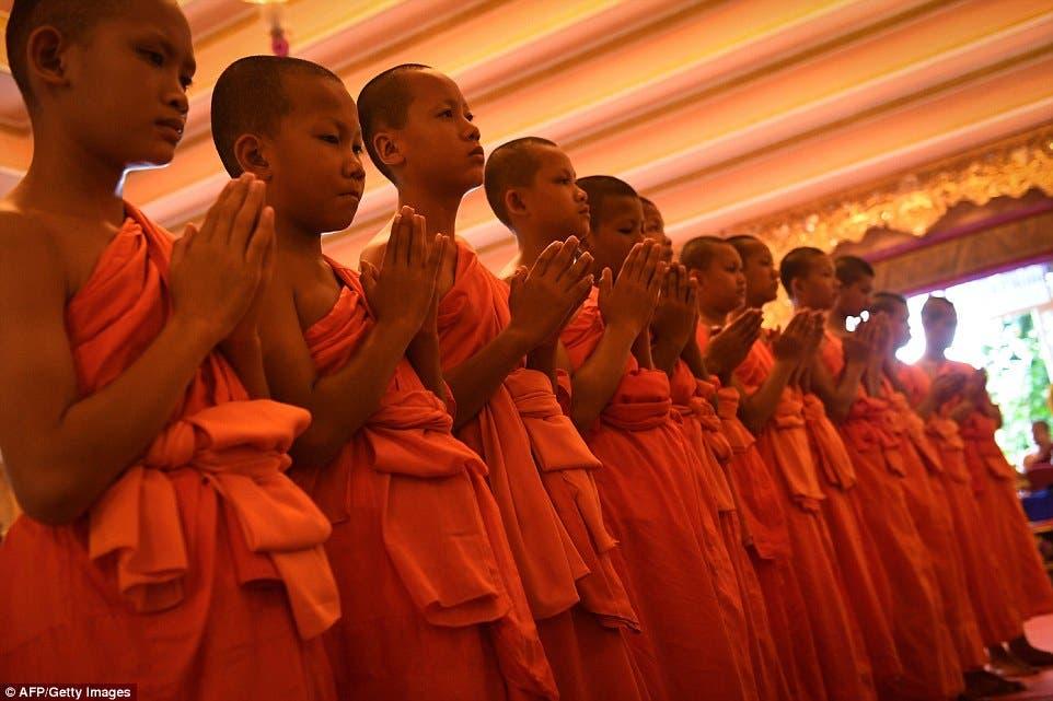 الأطفال تحولوا إلى كهنة بوذيين