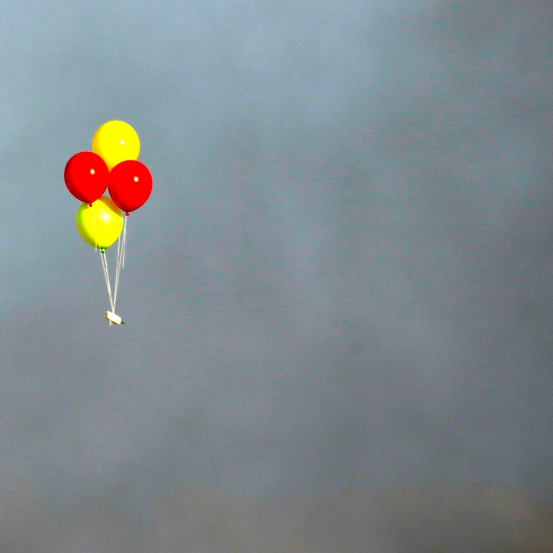 ردا على إطلاق بالونات حارقة.. إسرائيل تقصف مواقع حماس