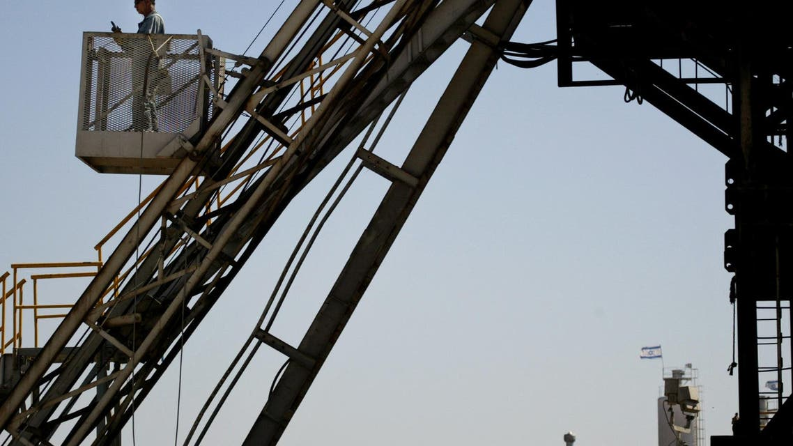 An Israeli worker is seen on an oil drilling rig at the oil field named Zion Oil & Gas near Kibbutz Maanit, 40 kilometers (25 miles) north of Tel Aviv, Monday June 6, 2005. (File photo: AP)