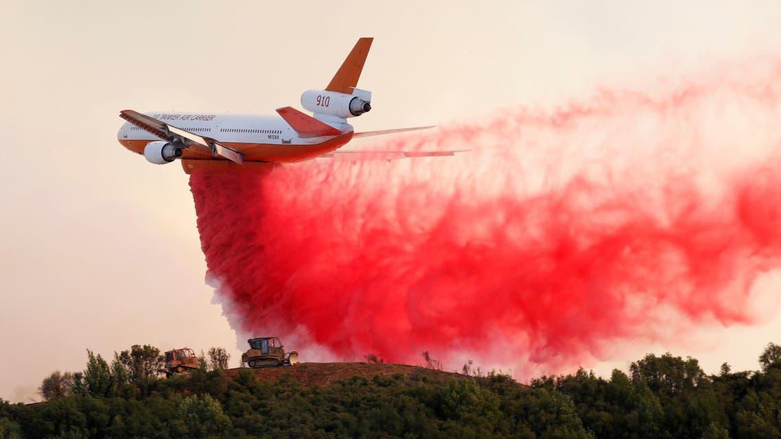 طائرة مكافحة حرائق أثناء الجهود لاحتواء حريق غابات في كاليفورنيا يوم 2 أغسطس