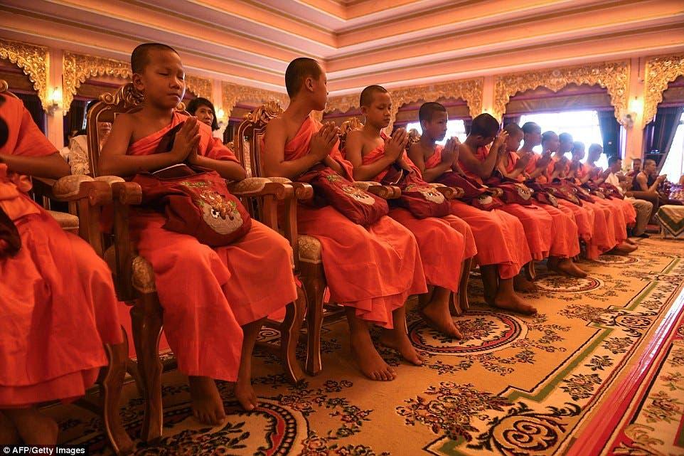 الأطفال بالملابس البرتقالية للكهنة البوذيين