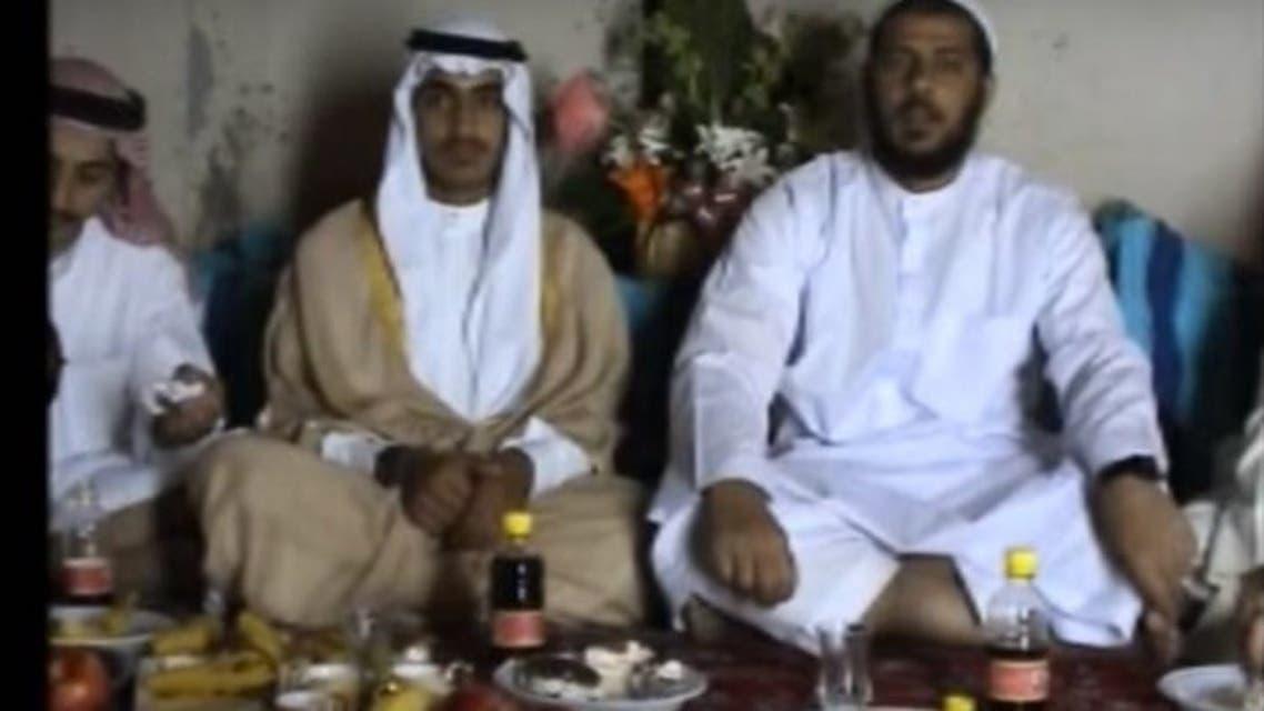 أبومحمد المصري وويجاوره بالمشلح حمزه بن لادن والثالث سعد بن لادن