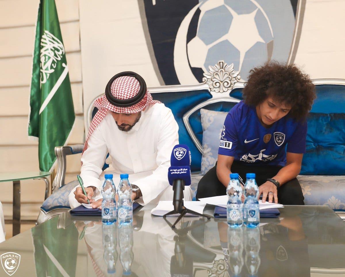 عموري خلال توقيع عقد تعاقده مع الهلال