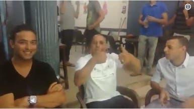 """شاهد أسطورة البرازيل روبرتو كارلوس على """"مقهى شعبي"""" بمصر"""