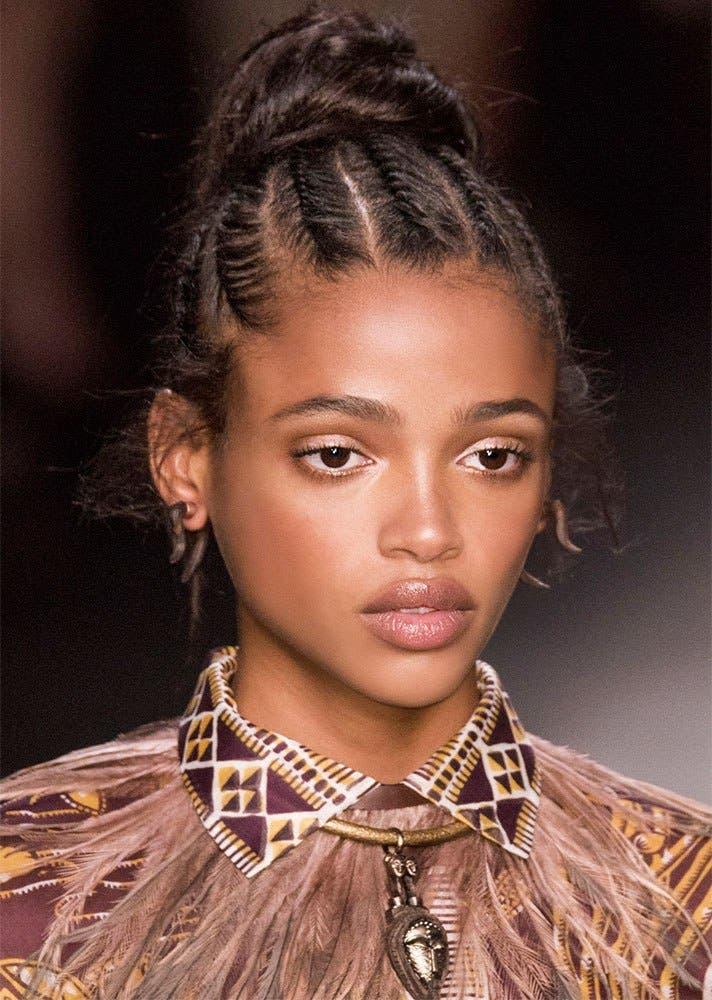 638f090f 24bd 4907 8a63 498c70efb8a9 كيف تسرحين شعرك الأشعث؟ أفضل تسريحات يوصي بها خبراء الجمال؟
