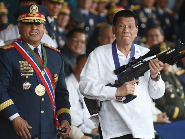 شاهد.. رئيس الفلبين يوبخ الشرطيين الفاسدين أمام الملأ