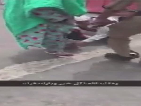 فيديو.. رجل شرطة سعودي يقدم حذاءه لحاجة مسنة
