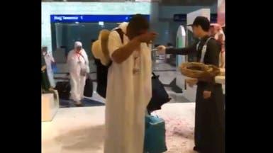 """فيديو مؤثر.. حاج تونسي """"ترق عيناه شوقا"""" بمطار المدينة"""
