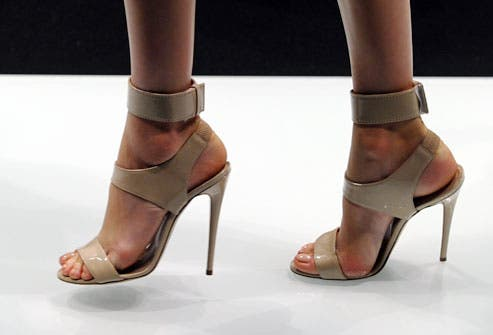 55df65de 850e 49ef 8545 c3a752f9f1c6 الحذاء القاتل ،،،ماهو ارتفاع كعب الحذاء الذي يمكن ان يودي بحياتك؟