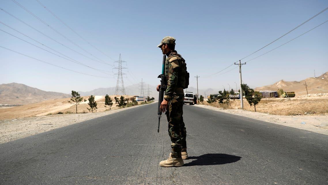 جندي أفغاني عند نقطة تفتيش على الطريق السريع الواصل إلى غزنة وسط أفغانستان الأحد