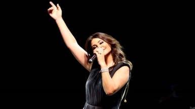 """شاهد.. إليسا تتألق بـ""""الأسود"""" في تونس والجماهير بالآلاف"""