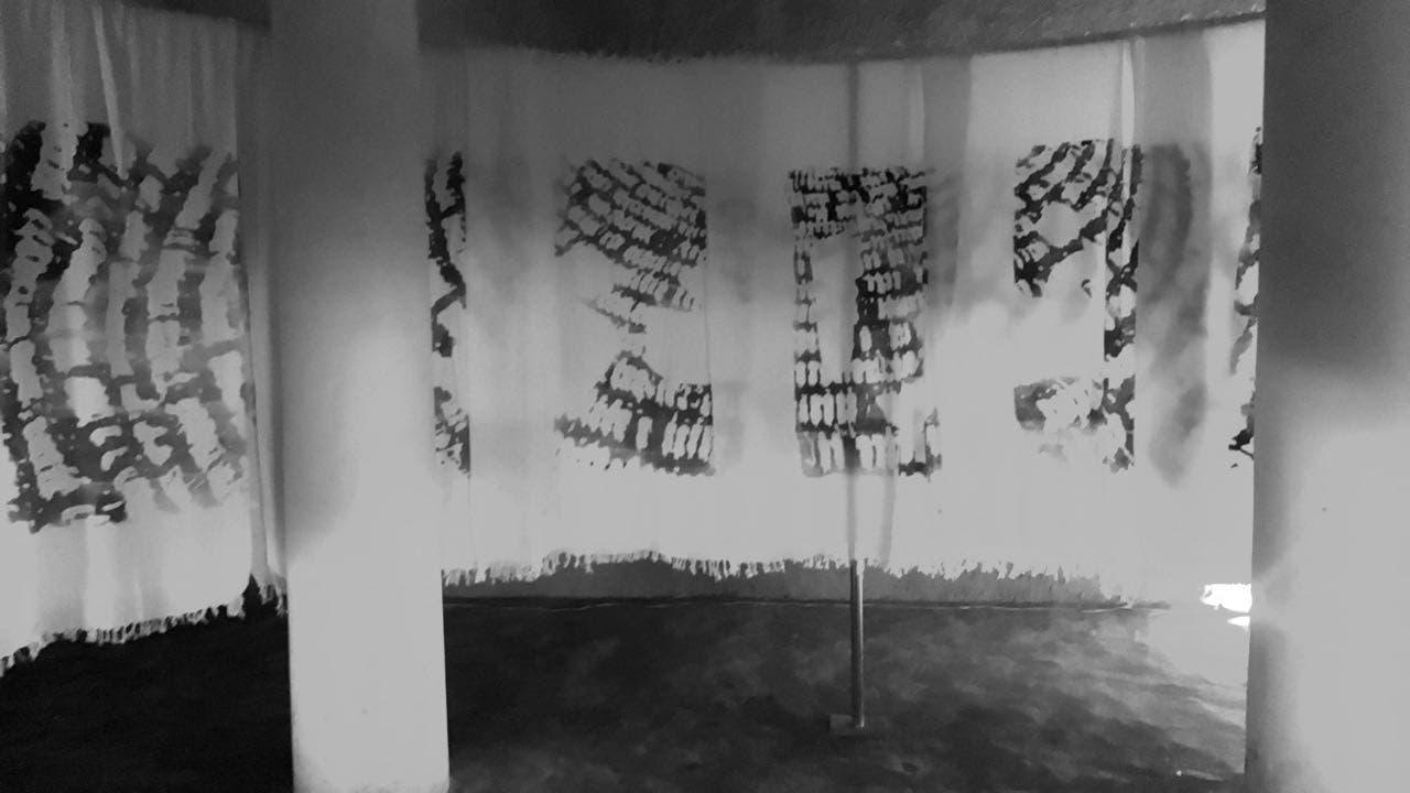 تجسيد التفاف ودوران المسلمين حول الكعبة في عمل فني من قماش الإحرام