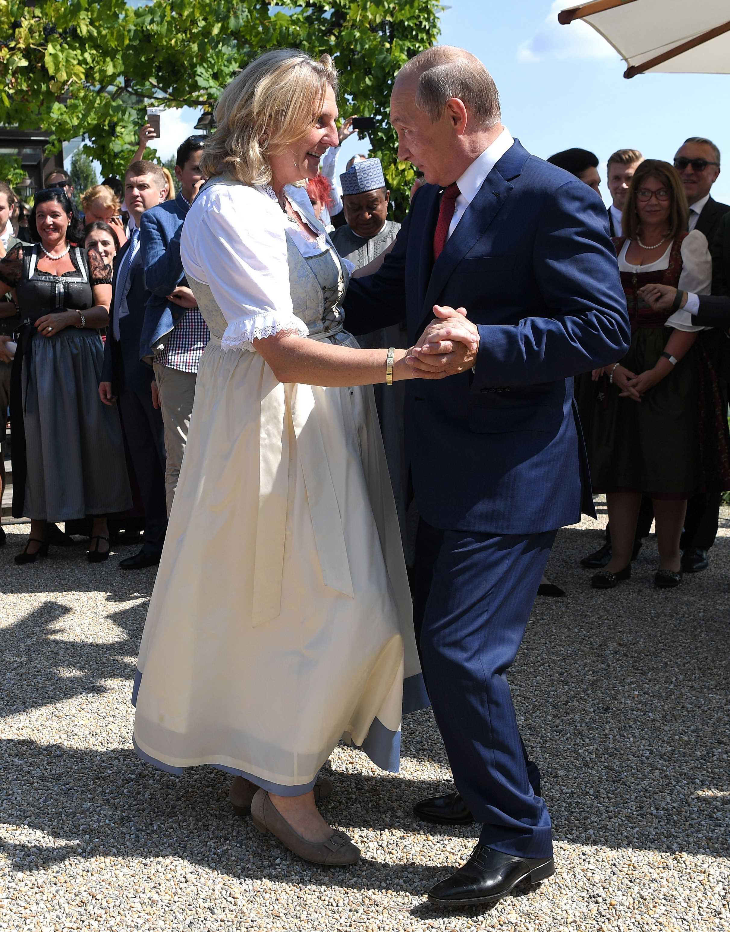 بوتين يراقص وزيرة خارجية النمسا