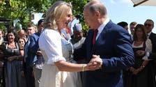 بالصور.. بوتين يراقص وزيرة خارجية النمسا