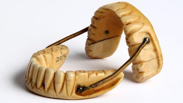 طقم أسنان مصنوع من أسنان أحد الجنود الذين سقطوا خلال معركة واترلو