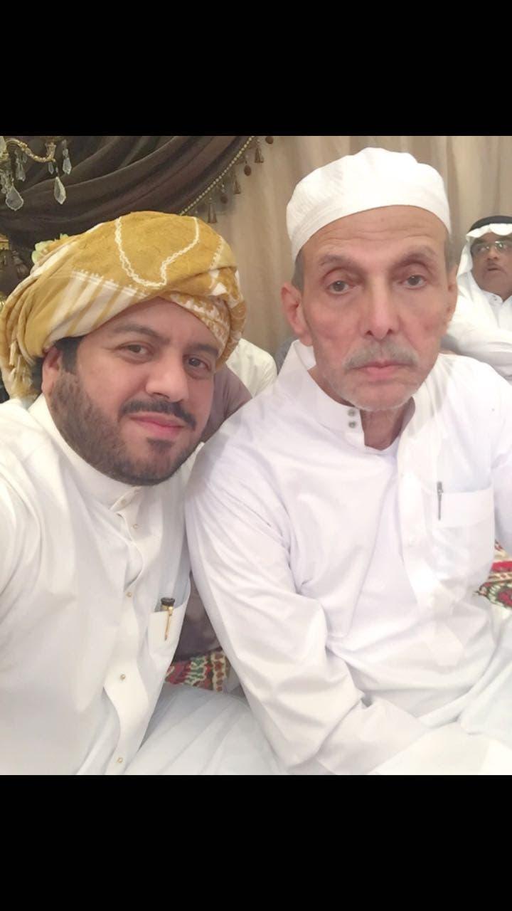 العم عبدالقادر مع أحد ابناءه