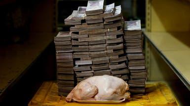 """فقط في فنزويلا.. كومة أموالٍ لا تشتري سوى """"دجاجة""""!"""