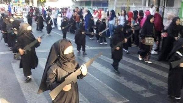 شاهد تلميذات روضة بزي داعشي ومجسمات أسلحة رشاشة