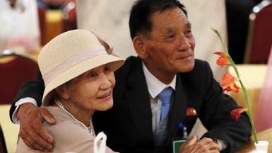 دموع وفرح عند لقاء أسر كورية فرقتها الحرب منذ 65 عاما
