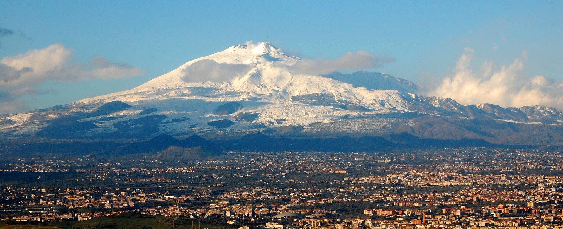 صورة لبركان إتنا قرب مدينة كاتانيا الإيطالية