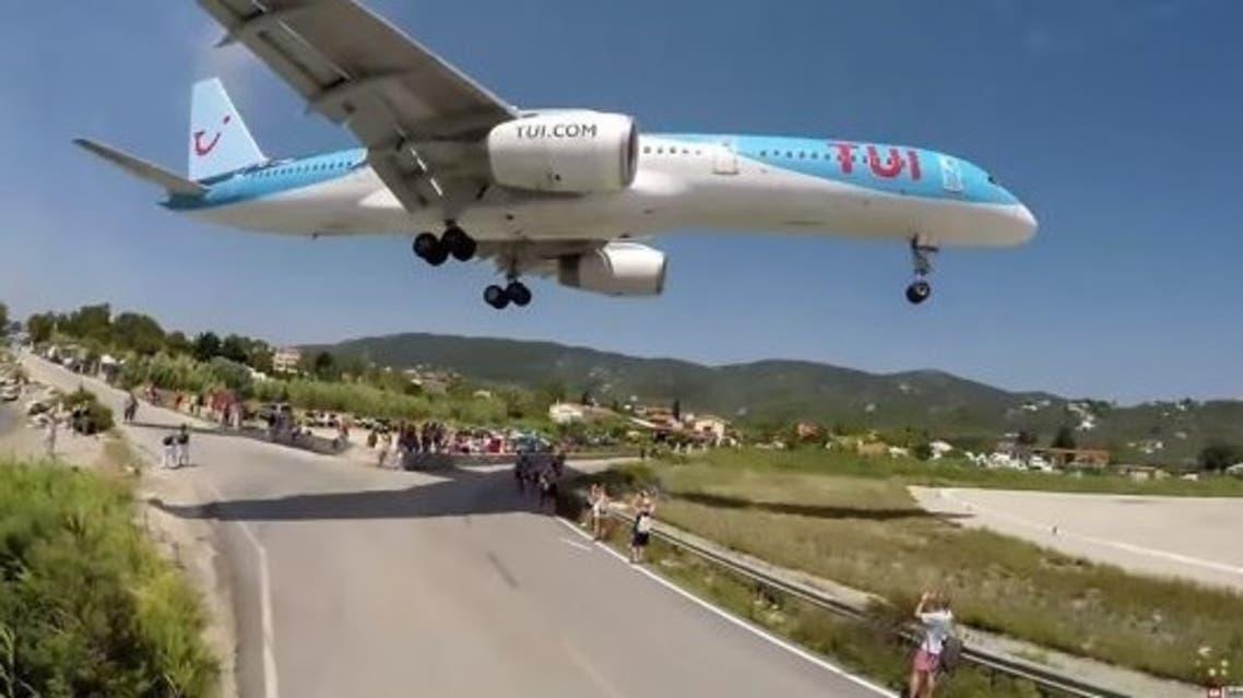 محرك طائرة يقذف صبيا