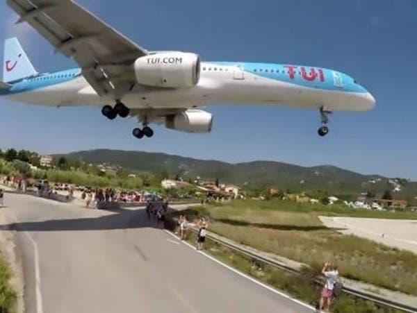 محرك طائرة يقذف صبيا لمسافة 32 قدما