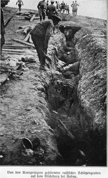 جانب من الجنود الروس القتلى داخل الخنادق خلال معركة تاننبرغ