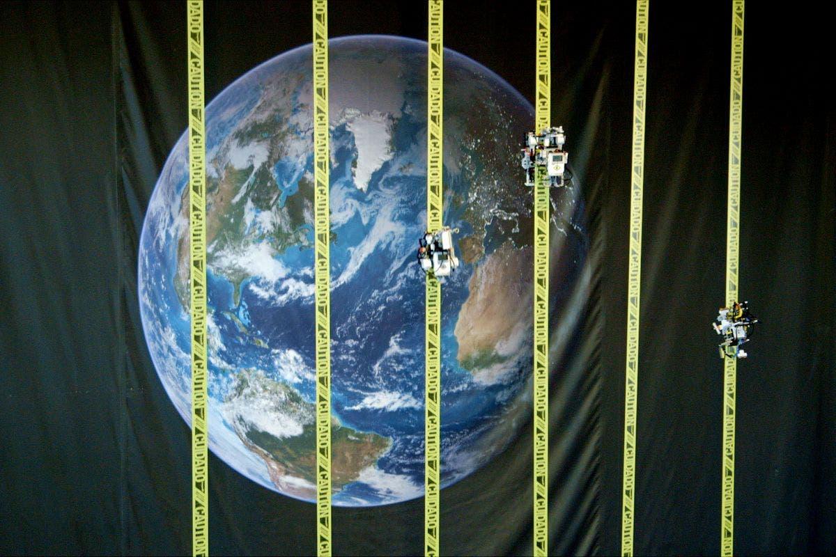 صورة تخيلية لمصاعد تنطلق من الكرة الأرضية إلى الفضاء الخارجي