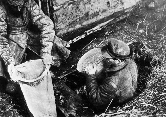 صورة لإحدى عمليات مصادرة القمح بأوكرانيا بناءا على أوامر ستالين
