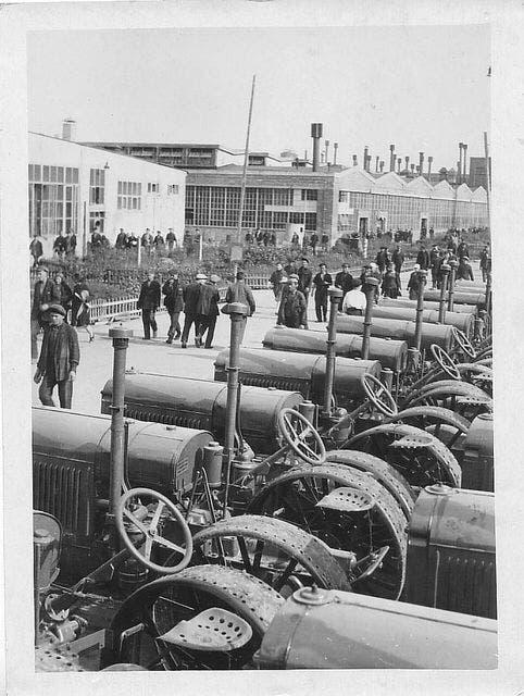 صورة من داخل مصنع الجرارات بستالينغراد في حدود عام 1930