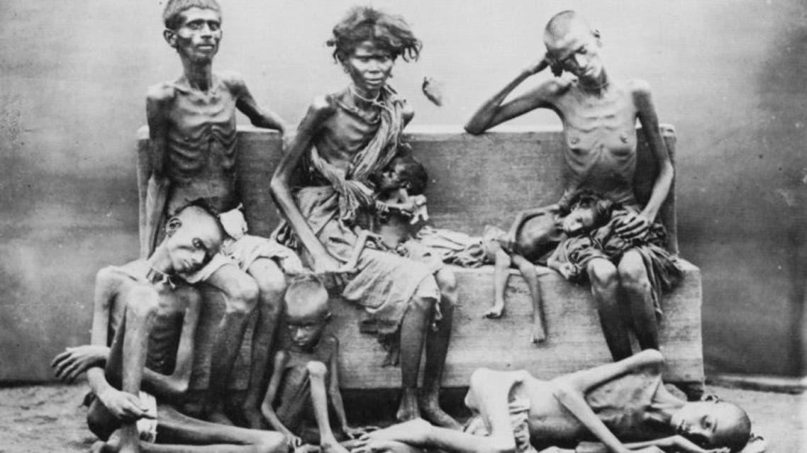 صورة لعدد من ضحايا مجاعة أوكرانيا التي تسببت فيها سياسة ستالين