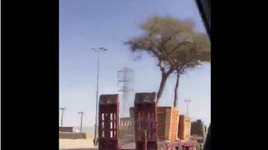شاهد.. شاحنات لنقل الأشجار وزراعتها بأماكن سعودية