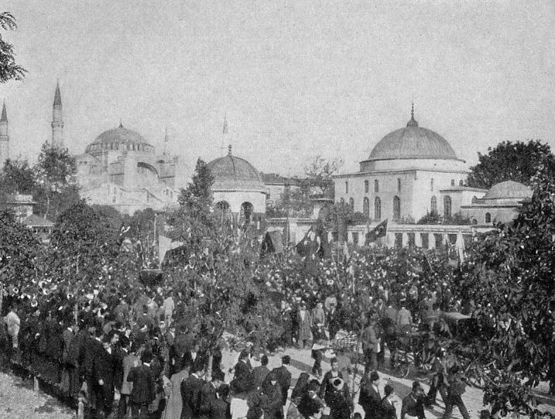صورة لإحدى المظاهرات المعارضة للسلطان العثماني عبد الحميد الثاني سنة 1908