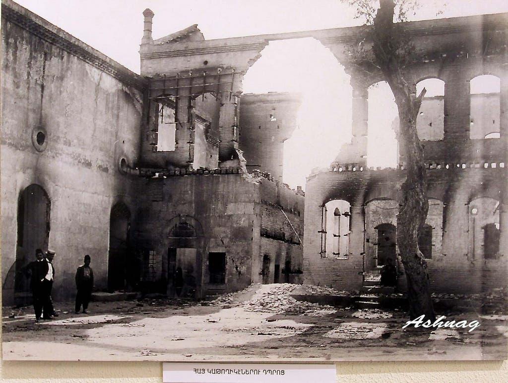 جانب من الخراب الذي لحق بمناطق الأرمن بأضنة